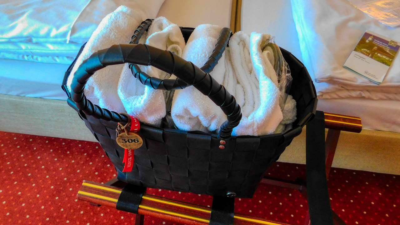 fertig gepackte Wellness Tasche auf dem Zimmer